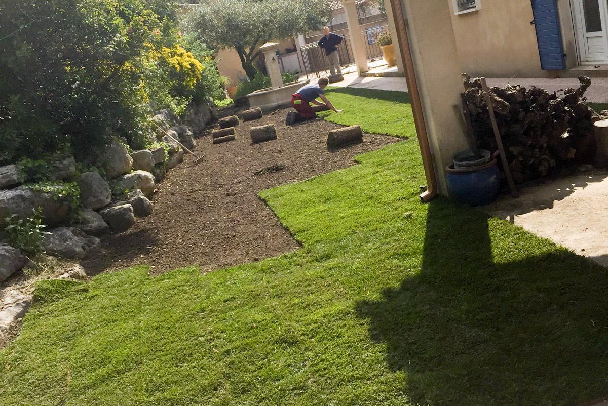 Création de vos espaces pelouses à l'aide de plaques de gazon ou encore de rouleaux